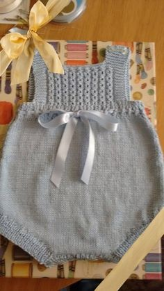 Y esta monería se va para Rafi Baby Knitting Patterns, Baby Girl Patterns, Knitting For Kids, Baby Born Clothes, Knitted Baby Clothes, Knitted Romper, Baby Dress Tutorials, Bebe Baby, Romper Pattern