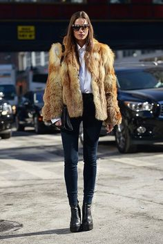 Street Style - Brown + tan fur coat worn with skinny jeans and chunky ankle boots black skinny jeans, chunky boots, fur coat, white button up Fur Fashion, Denim Fashion, Fashion Photo, Fashion Outfits, Fashion Story, Street Fashion, Fashion Tips, Looks Street Style, Looks Style