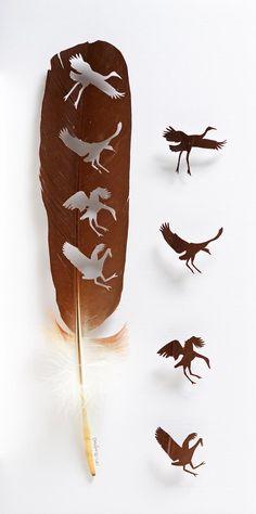 L'artiste américain Chris Maynard transforme des plumes d'oiseaux en œuvres d'art fragiles et délicates, découpant des formes au scalpel avec une précis