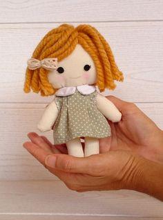 Muñeca de trapo con su osito de peluche. Hecha a mano por AidaZamora