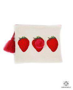 """Täschchen """"Strawberry"""". Besonders praktisch zur Aufbewahrung von Schminkutensilien, als Kosmetiktasche oder für andere kleine Dinge. Mit dem praktischen Reißverschluss lässt sich die Tasche leicht öffnen und verschließen. Sunglasses Case, Bags, Fashion, Little Things, Do Your Thing, Beads, Handbags, Moda, La Mode"""