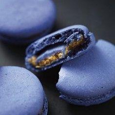 チョコレート専門ブランド幸福のチョコレートから新作幸福の青いチョコレート ケルノン ダルドワーズ マカロンが登場 10月3日までの期間限定で予約を受け付けています  フランスのアンジェにあるショコラティエラプティマルキーズが特別に開発したミニサイズの青チョコケルノンダルドワーズを1つずつ青いマカロンに詰めていますよ  色合いがスゴいけど食べてみたいですね