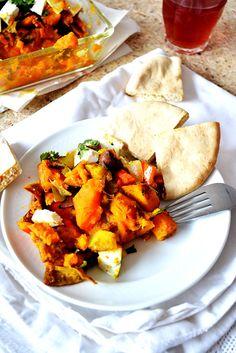SIMPEL OVENSCHOTELTJE VAN POMPOEN EN ZOETE AARDAPPEL ●  Met pompoen kun je alle kanten uit.  De zoete aardappel steekt lekker af tegen de hartige, zilte smaak van de fetakaas.  Kerrie en koriander geven een oosters tintje aan dit oranje ovenschoteltje.  Een makkelijk receptje dus + een tip voor die vreselijk harde pompoenschil...  Recept: http://hallosunny.blogspot.nl/2015/09/pompoen-zoete-aardappel.html