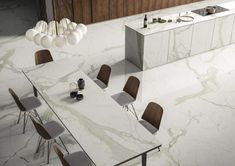 Marble reproductions by egger SapienStone MCR: the doppelganger Marble reproductions by egger SapienStone MCR: the doppelganger Calacatta, Pure White, Kitchen Countertops, White Marble, Black And Brown, Kitchen Decor, Dining Table, Pure Products, Kitchens