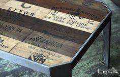 Tavolino di legno di cassette di vini di svariate cantine. Struttura di acciaio auto portante.
