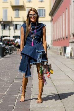 Анна Делло Руссо в гладиаторах и джинсовом платье в стиле бохо