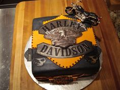Harley-Davidson gets the cake. From all the cakes, pastries, and what have you not in the shape of a motorcycle or the manufacturer's logo, Harley wins hands down. This is Part 30 cakes. Torta Harley Davidson, Harley Davidson Birthday, Harley Davidson Parts, Beautiful Cakes, Amazing Cakes, Biker Birthday, Motorcycle Birthday, Bike Cakes, Car Cakes