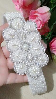 Heardband de luxo Baby Olivia, Jewelry Patterns, Beaded Embroidery, Headpiece, Bridal Jewelry, Hair Bows, Headbands, Embellishments, Projects To Try