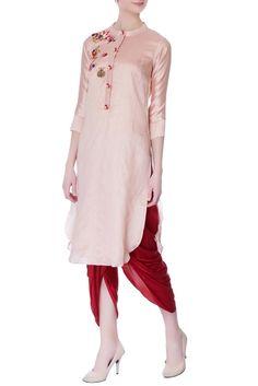 Buy Onion pink hand embroidered kurta by Desert Shine by Sulochana Jangir at Aza Fashions Embroidery Fashion, Embroidery Dress, Salwar Dress, Salwar Kameez, Kurta Style, Indian Designer Wear, Embroidered Silk, Festival Wear, Indian Dresses