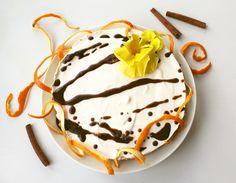 Jugurtilla kevennetty ppelsiinijuustokakku kanelikastikkeella. Orange and youghurt cheesecake with cinnamon dressing.