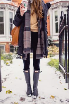 5 Tips for Warm Winter Layering. How to style your winter layers without looking like a snowman. I love to layer so that I can go from outdoors to indoors during the Winter no problem. Teen Girl Fashion, Womens Fashion, Ladies Fashion, Mode Für Teenies, Winter Layering Outfits, Layering Clothes, Coat Outfit, Winter Stil, Casual Winter