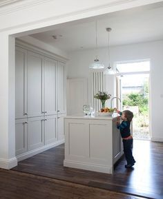 A contemporary kitchen painted in Farrow & ball Cornforth White (PC: Houzz)
