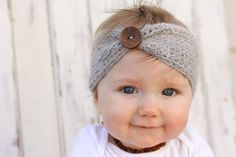 Free crochet headband pattern! Sizes include, newborn, 3-6 months (baby), 6-12…