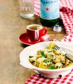 Perunagnocchit ja salvia-voikastike on italialainen klassikkoruoka. Ruoka saa makua tuoreesta salviasta ja valkosipulista sekä parmesaanista.