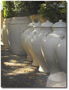 Huge garden pots for dramatic accents. les pots Myra Hoefer Design