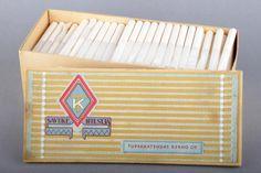 Forssan museo. Tupakkatehdas Kerho Oy:n savukehylsy tuotepakkaus. Pakkauskessa on ollut alunperin 250 kpl valmiita hylsyjä, joihin on kukin valinnut mieluisansa irtotäytteen. Tehdas on alkunperin 1923 rekisteröity Wiipurin tupakkatehdas, joka Jatkosodan jälkeen muutti nimensä Tupakkatehdas Kerho Oy:ksi ja siirti toimipaikkansa Pietarsaareen. Inspiraatio uudelle nimelle syntyi kenties Wiipurin tupakkatehtaan suosituimman tupakkamerkin Kerhon innostamana. Yhtiö lopetettiin 30.12.1983.