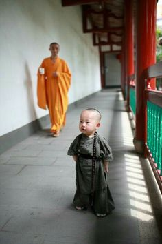 It looks like the older monk is smiling at him! Young monk in the Xichan temple, Fuzhou located in the southeast China Fujian province Precious Children, Beautiful Children, Beautiful Babies, Cute Kids, Cute Babies, Little Buddha, Buddhist Monk, Baby Kind, World Cultures