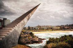 このままこの階段を上っていけば、天国に行けそう。そんな雰囲気を醸し出している天国への階段がオーストラリア、ボンダイ・ビーチに設置されているのだとか。アーティスト、デビッド・マクラッケンによる、錯視効果を利用したアート作品をご覧ください。