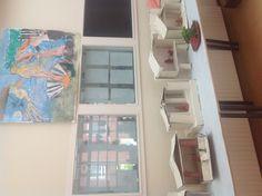 Romeinse huisaltaartjes gemaakt door groep 8. Karton en rode klei.