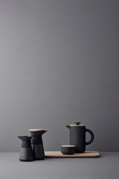 The award-winning Theo product range includes a French press coffee maker that combines Scandinavian design with Asian culture in a sophisticated way. With their beautiful contrasts, the Theo products have been designed to stimulate the senses. Made in matt black stoneware with a shiny glaze, the press coffee maker is both rustic and elegant.