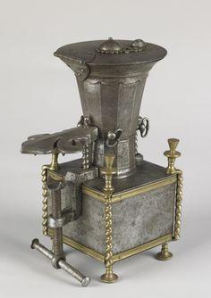 Moulin à café ou à épices signé : « Benoîst Tivelier le Père à Saint-Etienne France, 1749 »