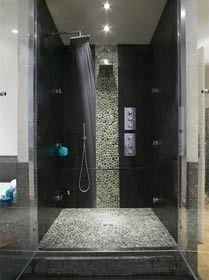 Inloopdouche. Zwarte muren in de badkamer geven een heel andere ...