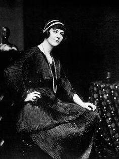 Mrs Hugh Lloyd Thomas in a Fortuny belted Delphos, 1916. Photo by E.O. Hoppé.