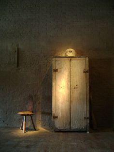 Risultati immagini per axel vervoordt spirito wabi Wabi Sabi, Luz Natural, Axel Vervoordt, Small Cupboard, Dark House, Interior Architecture, Interior Design, Industrial Living, Rustic Interiors
