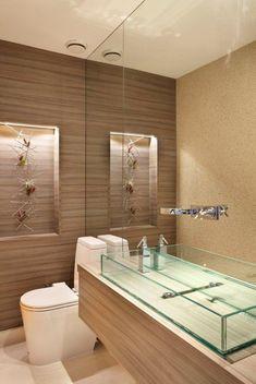 17 banheiros incríveis com acessórios e prateleiras de vidro