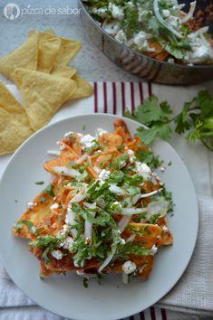 Chilaquiles rojos con chipotle y requesón www.pizcadesabor.com