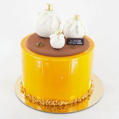 Gâteau Or Passion - La Grande Epicerie de Paris : sablé amande, biscuit passion, crumble et mousseux vanille, crémeux caramel et passion. 62 € pour 8/10 personnes et 7 € le format individuel