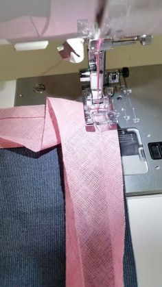 Most up-to-date Free of Charge sewing hacks tips Ideas Schrägband Sewing Basics, Sewing Hacks, Sewing Tutorials, Sewing Patterns, Sewing Tips, Crochet Patterns, Techniques Couture, Sewing Techniques, Fabric Tape