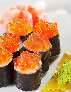 My mouth is watering as I look at this. Sushi Comida, Salmon Roe, My Sushi, How To Make Sushi, Japanese Sushi, Yummy Food, Tasty, Orange Recipes, Gastronomia