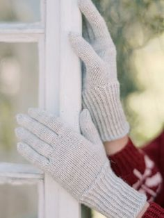 This elegant glove pattern from Novita Nalle yarn features gusset thumbs. Lace Patterns, Knitting Patterns Free, Free Knitting, Stitch Patterns, Crochet Patterns, Elegant Gloves, Stockinette, Knitted Gloves, Digital Pattern