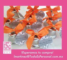 Campanas para boda de metal plata con moño de listón naranja y tarjeta personalizada ($10.00 c/u) compra mínima 10 piezas