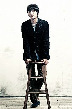 SHINee Minho. Presenting how a man of class should sit a on stool:)