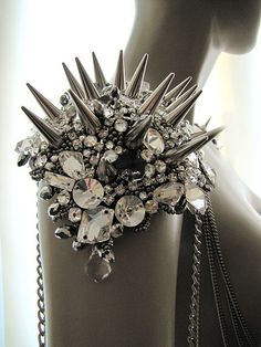 Body harness jewelry - love these grunge chained epaulettes Punk Fashion, Gypsy Fashion, Gold Fashion, Lolita Fashion, Rock Style, My Style, Studs And Spikes, Mode Crochet, Do It Yourself Fashion
