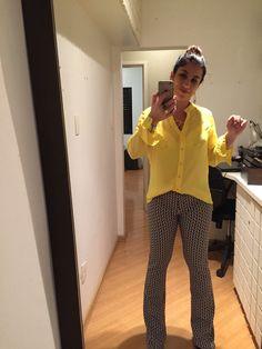 COMPREI! Calça flairs e camisa amarela (agora colocada para dentro). Falta fazer a barra, óbvio.