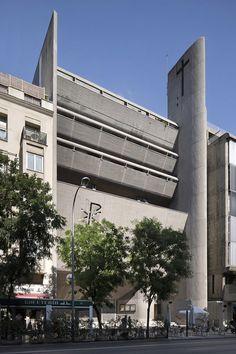 The concrete exterior of Nuestra Señora del Rosario de Filipina. Spanish Architecture, Organic Architecture, Facade Architecture, Le Corbusier, Chandigarh, Architectural Digest, L'architecture Espagnole, Open House Madrid, Architecture Organique
