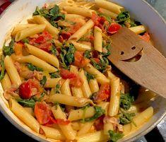 Makaronowa patelnia czyli obiad w 15 minut! Pomysł na szybki, sycący i bardzo smaczny obiad z makaronem, wędzonym boczkiem, szpinakiem i pomidorami. Idealnie danie na ciepłe, leniwe popołudnie 🙂   Składniki: 200g makaronu penne 10dkg boczku wędzonego 1 niewielka cebula 100g świeżego szpinaku 2 pomidory 3 łyżki serka śmietankowego sól, pieprz, bazylia  *** … Pasta Salad Recipe With Olive Oil, Salads For A Crowd, Pasta Salad Italian, Chicken Salad Recipes, Food Videos, Food And Drink, Easy Meals, Vegetarian, Lunch