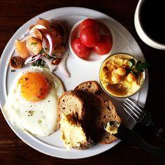 Today's breakfast. Hummus, Marinated Tomatoes, Grapefruits Salad フムス、トマトのマリネ、グレープフルーツのサラダ - @keiyamazaki- #webstagram