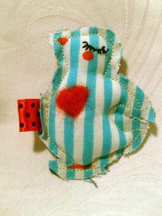 Eine Vogelbrosche, hinten versehen mit Sicherheitsnadel.  Herz aus Filz...  genaeht,gefilzt,bemalt...  Ideal fuer Kinder...oder Erwachsene.