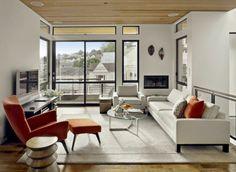 feng shui maison, plafond en bois claire, fauteuil rouge, table ronde en verre