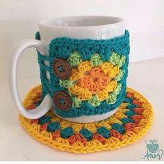 Best 12 Cases cozy coffee mug loom woven by Tracy *not in English – SkillOfKing. Crochet Coffee Cozy, Crochet Cozy, Crochet Gifts, Crochet Hooks, Cozy Coffee, Mug Cozy Pattern, Free Pattern, Knitting Patterns, Crochet Patterns