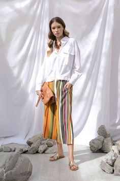 Camisa lino manga larga blanca, culotte de rayas mostaza y collar de carey MAP, sandalias doradas Steve Madden, bolsa con nudo Coccinelle y set de collares Aktuales.