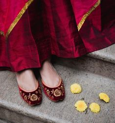 It's officially fall and we've got our feet in the perfect shoe! Meet our 'Maroon' jutti - rich, vibrant and oh-so-gorgeou Indian Shoes, Shoes 2018, Wedding Shoes Bride, Bridal Heels, Only Shoes, Stiletto Pumps, Tory Burch Flats, Beautiful Shoes, Fashion Shoes