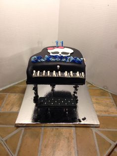 Monster High piano cake and matching cupcakes!!!