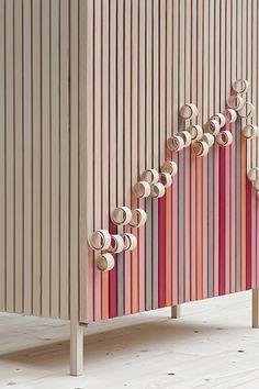 Stoft, un studio de design suédois basé à Malmö, fondé par Jenny Ekdahl, Ola Nystedt et Joel Herslow et spécialisé dans la conception de mobilier, présente Whittle Away, une collection de buffets en bois mariant artisanat, couleur et héritage. #design  #buffet