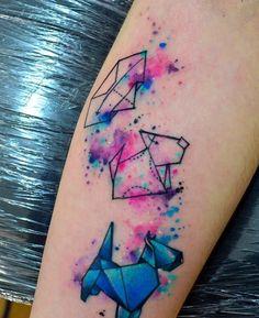 <strong>A nossa seleção de tatuagens de cachorro</strong><br><br>Seu amigo de quatro patas muito bem representado: aquarelado, discreto ou ousado, você escolhe. Depois, é só correr para o tatuador.<br><br><em> Foto: Reprodução/Facebook Javi Wolf</em>