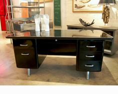 What a beauty! Oversize Tanker Desk. I got one at home and I'd love to paint it and get those chrome details poppin'!